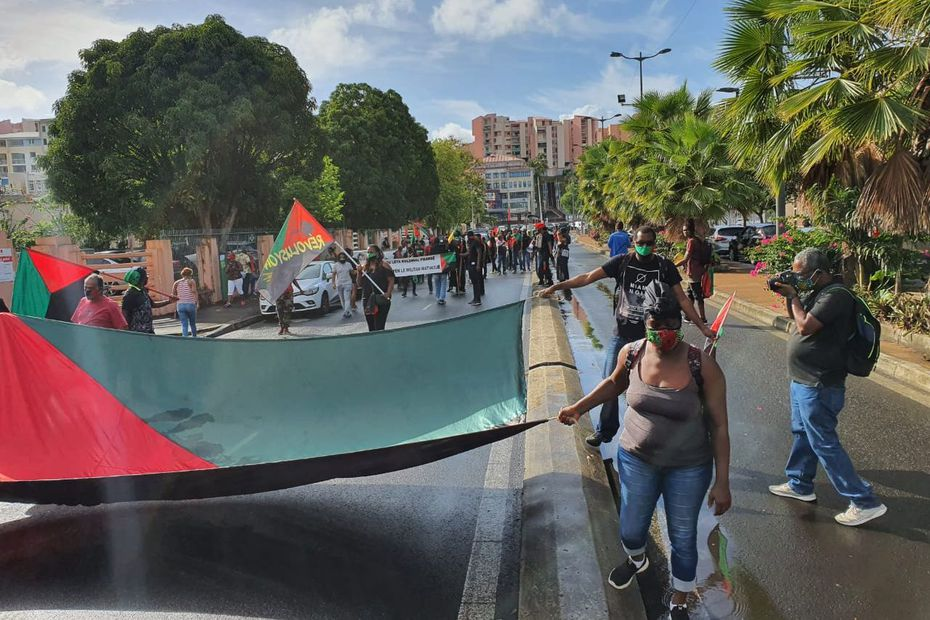 Les prévenus du procès d'Océanis et plusieurs personnes marchent en direction du palais de justice de Fort-de-France - Martinique la 1ère