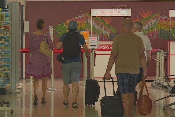 Touristes à l'aéroport de Faa'a