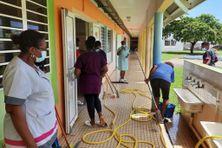 Nettoyage dans l'une des 12 écoles de la ville du François (septembre 2021).