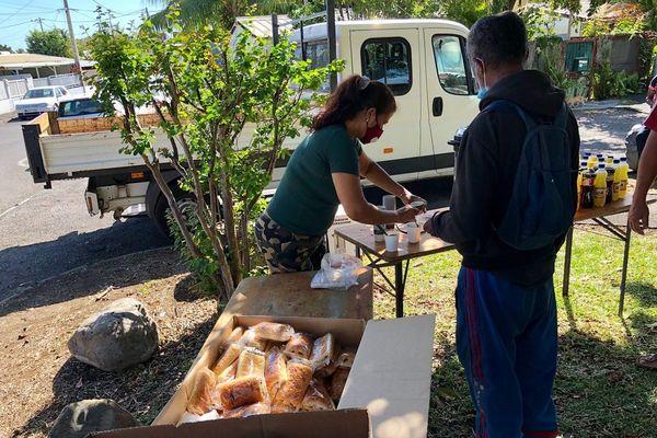 Distribution repas pour les plus démunis au port par l'association Jeunesse En Mission