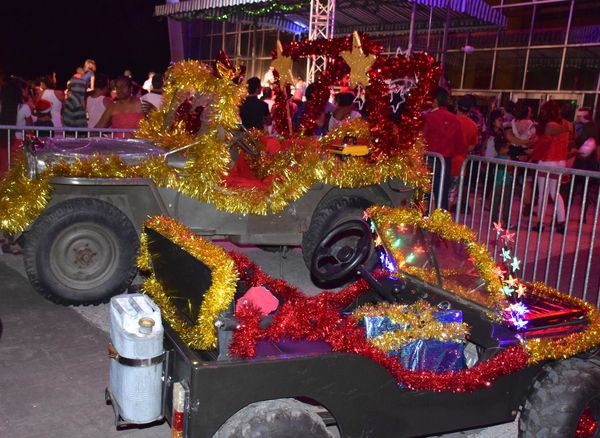 Après l'arrivée du père Noël en jeep à Païta (24 décembre 2017)