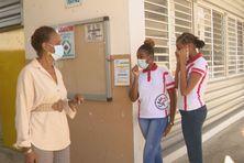 Madame la proviseure du lycée Acajou 2 et deux élèves.