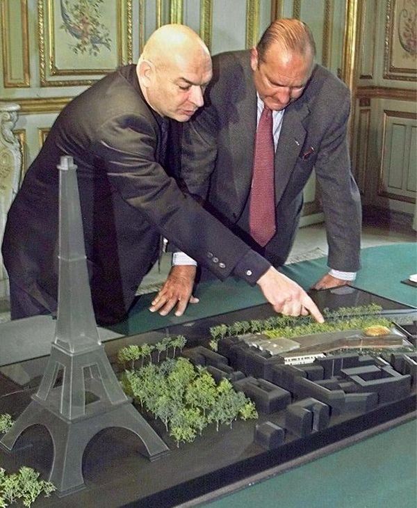 Jacques Chirac écoute, le 28 avril 2000 à l'Elysée, les explications de l'architecte Jean Nouvel, devant la maquette du futur Musée du Quai Branly