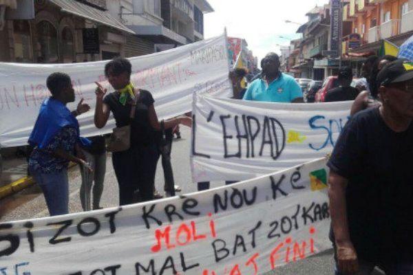 Rassemblement devant le commissariat de Cayenne, mardi 6 juin.