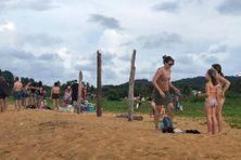 Des familles à la plage