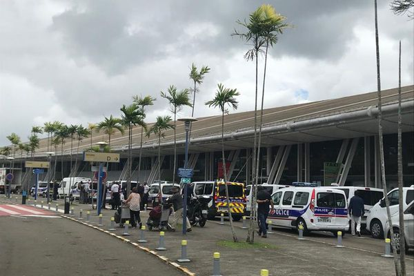Police devant l'aéroport de Martinique