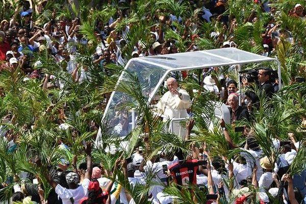 Le pape François traverse la foule à Port-Louis lors de sa visite éclair à Maurice.