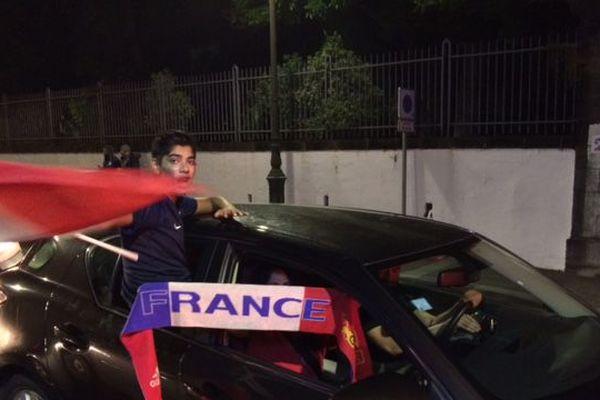 Défilé voitures rue de Paris