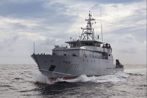 Le patrouilleur la confiance déroute un navire pêche illégale