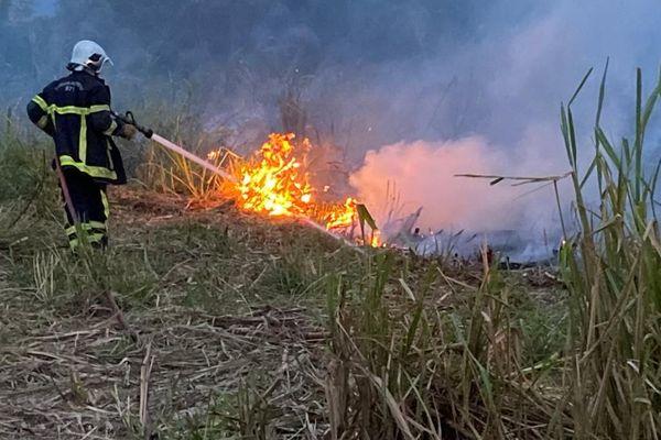 Les sapeurs-pompiers doivent avancer pas à pas