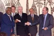 Le 5 mai 1998, à Nouméa, lors de la signature de l'Accord. De gauche à droite : Roch Wamytan, Lionel Jospin, Jacques Lafleur. Derrière eux : Alain Christnacht et Thierry Lataste.