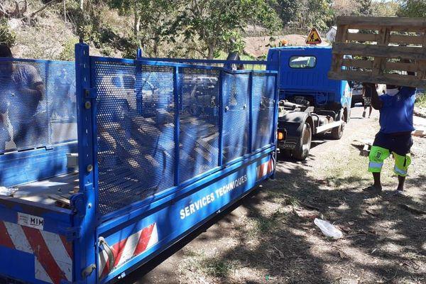 Les agents des services techniques de la mairie qui débarrassent les palettes laissées par les vendeurs à la sauvette