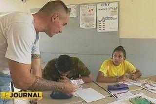 enseignant avec écoliers
