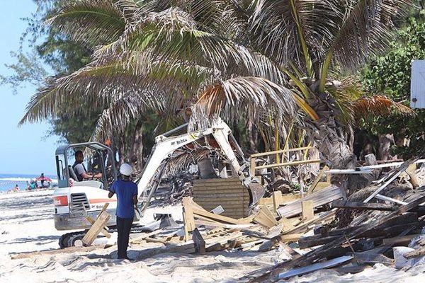 Destruction des dernières paillotes de l'Hermitage.