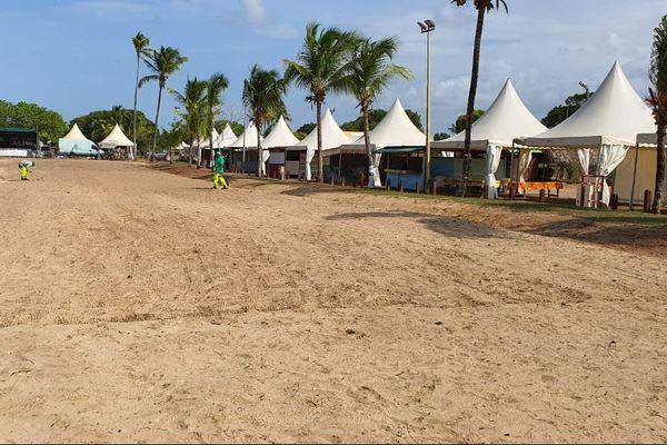 La plage de Yalimpo prête pour les jeux