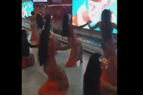 Gabilou à l'Olympia - La troupe à l'aéroport de Paris