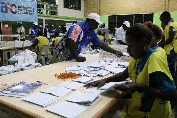 Le comptage des bulletins a été organisé dans un établissement secondaire de Buka, référendum de Bougainville, décembre 2019