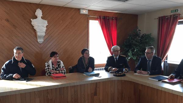 Annick Girardin en compagnie des membres du Conseil municipal de Miquelon-Langlade