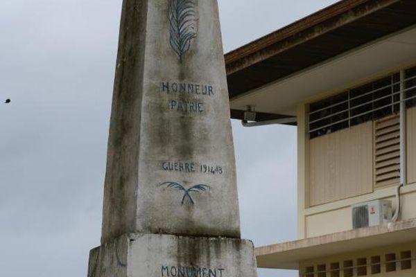 """""""Monument en mémoire des enfants de l'Approuague morts au champs d'honneur"""" peut-on lire sur le monument de Régina"""