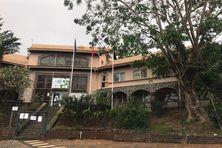 Le rectorat de Mayotte allie matériaux locaux comme la pierre basaltique et le bois, mais aussi le béton et des armatures métalliques.