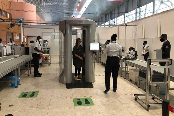 Le voyageur ciblé passe dans le scanner corporel à l'aéroport Felix Eboué en Guyane