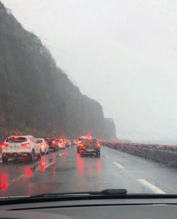 fortes pluies embouteillage route du littoral en direction de La Possession