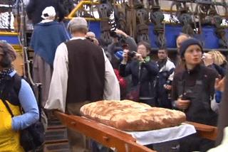 L'équipage s'est vu remettre du pain par l'association Célébrations 2016