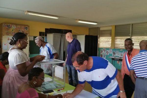 Bureau de vote à Petit Bourg