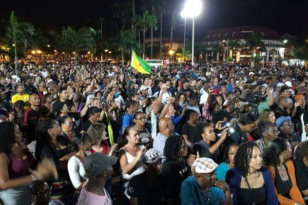 La foule rassemblée le soir du 9 avril place des Palmistes à Cayenne