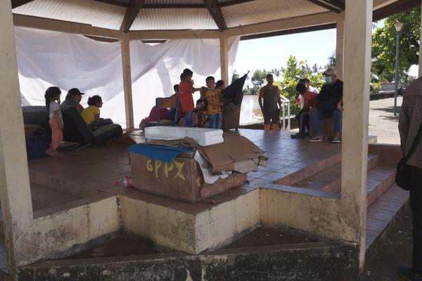 Des migrants de retour sous le kiosque des Amandiers à Cayenne et les voilà pris pour cibles…