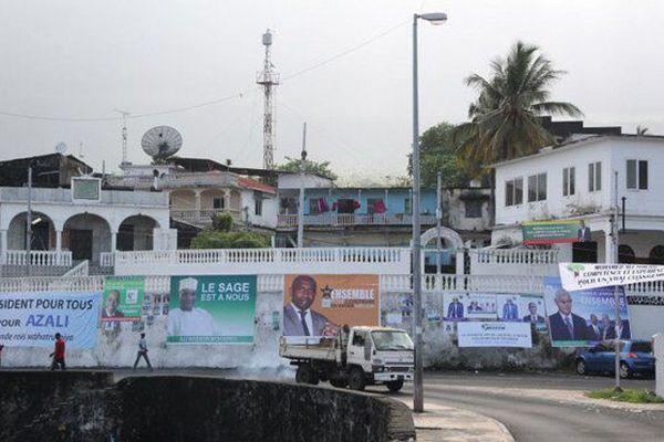 © IBRAHIM YOUSSOUF/AFP Affiches électorales pour la campagne présidentielle à Moroni, la capitale des Comores.