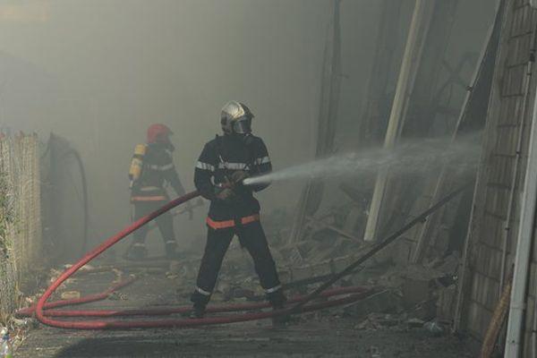 Pompier luttant contre l'incendie