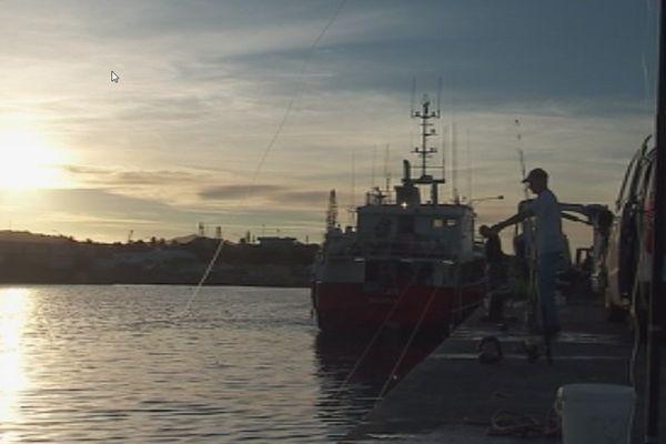 Les pêcheurs sur le quai à Nouville