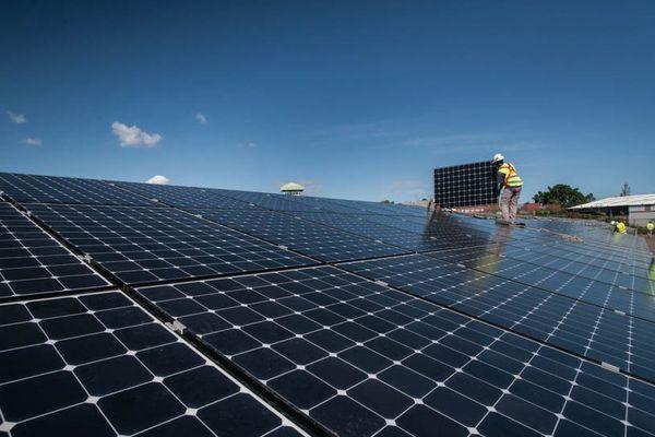Projet Bardzour : pose de plaques solaires devant la prison du Port à La Réunion