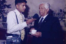 Sir Anerood Jugnauth au micro RFO-Réunion de Jean-Luc Mootoosamy en février 1998