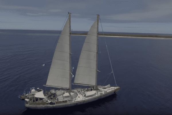 La goélette Tara au large de l'archipel des Tuamotu