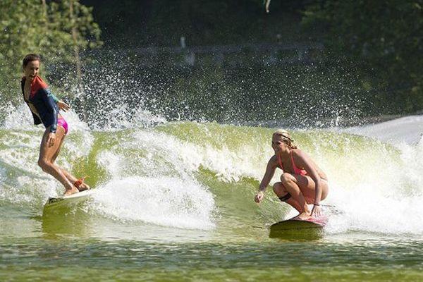Les surfeuses pros australiennes Sally Fitzgibbons (à gauche) et Stephanie Gilmore ont pu s'essayer aux vagues du Wavegarden, à l'occasion du Roxy Pro 2013.