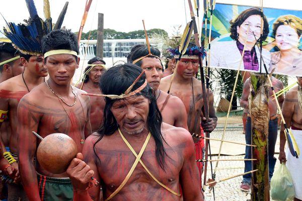 Manifestation à Brazilia de membres de la tribu Xerente à l'annonce de la prochaine nomination de Katia Abreu (en photo avec Dilma Roussef) au poste de ministre de l'Agriculture