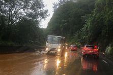 La circulation est perturbée ce mardi à l'entrée de Saint-Joseph en raison des fortes pluies, occasionnant une nouvelle coulée de boue à proximité de la ravine Manapany.