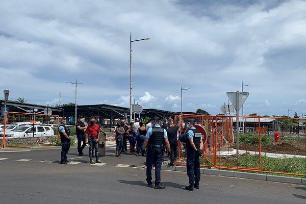 Des manifestants devant l'aéroport de Gillot pour demander plus de contrôles des voyageurs