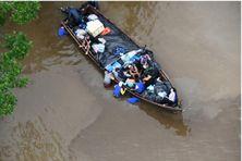 La pirogue chargée de marchandises échouée dans la vase dans l'estuaire de l'Oyapock