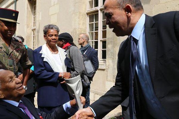 Le secrétaire d'Etat aux anciens combattants, Kader Arif, salue le dissident martiniquais Rémy Oliny, 92 ans
