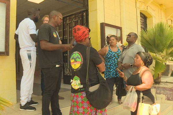 Les habitants de l'ilet Malouin devant la mairie de Cayenne