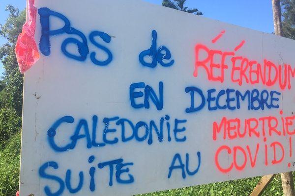 Pas de référendum en décembre, Covid, message apparu au Mont-Dore, dans la traversée de Saint-Louis, le 5 octobre 2021.