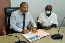 Le maire du Lamentin, David Zobda, tout sourire en signant ce partenariat avec Michel Ponnamah, le représentant de l'association France Alzheimer Martinique.
