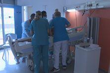 Le personnel soignant retourne une patiente qui vient de mourir...