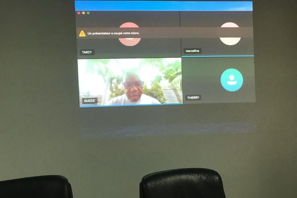 Discussion en visio conférence entre élus à Montsinéry