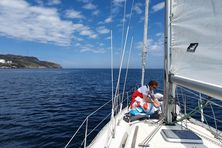 L'heure est aux préparatifs à bord de l'Ososoy. Le voilier étant resté immobilisé durant la saison hivernale a du être véfifié sous toutes ses coutures car Michel Urdanabia prépare son voilier pour les futurs évènements locaux.
