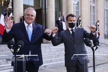 Le Président français Emmanuel Macron accueille le Premier ministre australien Scott Morrison au palais de l'Elysée à Paris, le 15 juin 2021