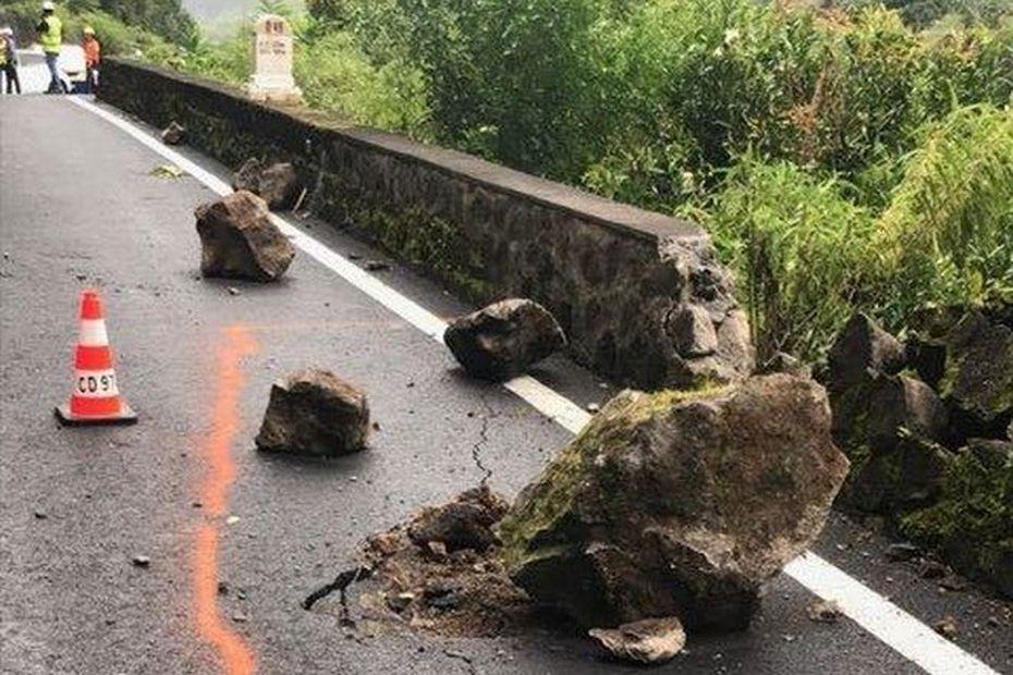 Route de Salazie : les travaux de purges terminés, la circulation est rétablie par alternat - Réunion la 1ère
